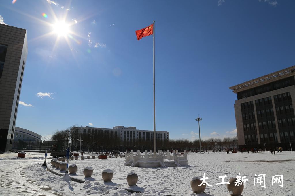 校园雪景(组图)-太原工业学院